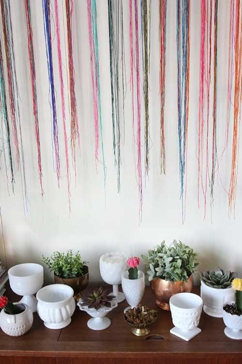 استفاده از نخ های رنگی روی دیوار با گلدان