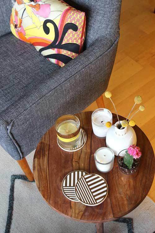 میز عسلی در دکوراسیون با مبل خاکستری