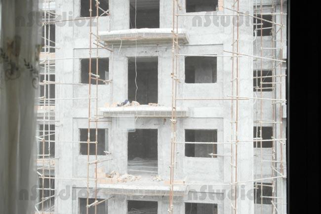 پنجره های ساختمان روبرویی و دید به داخل