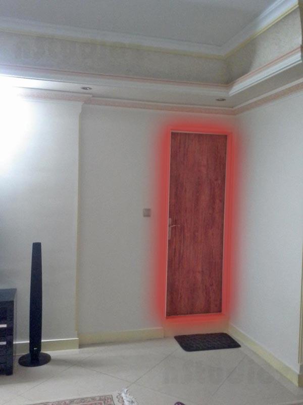 سرویس بهداشتی باز شده رو به اتاق منزل