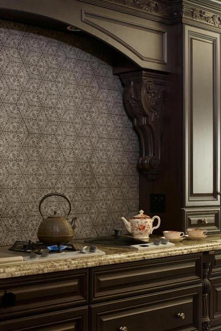 بتن طرح دار برای دیوار پشت کابینت آشپزخانه کلاسیک