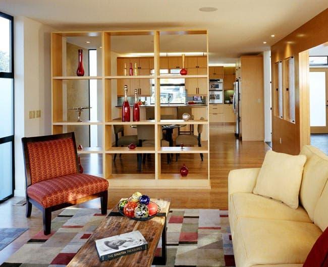 پارتیشن بندی فضای منزل با استفاده از قفسه های چوبی